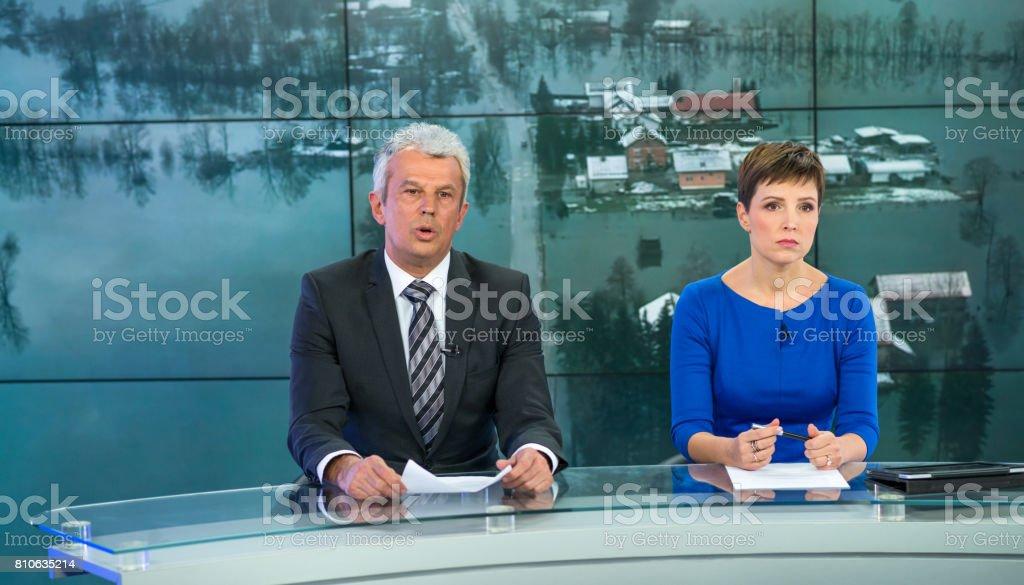 Casal de leitor de notícias no estúdio de televisão - foto de acervo