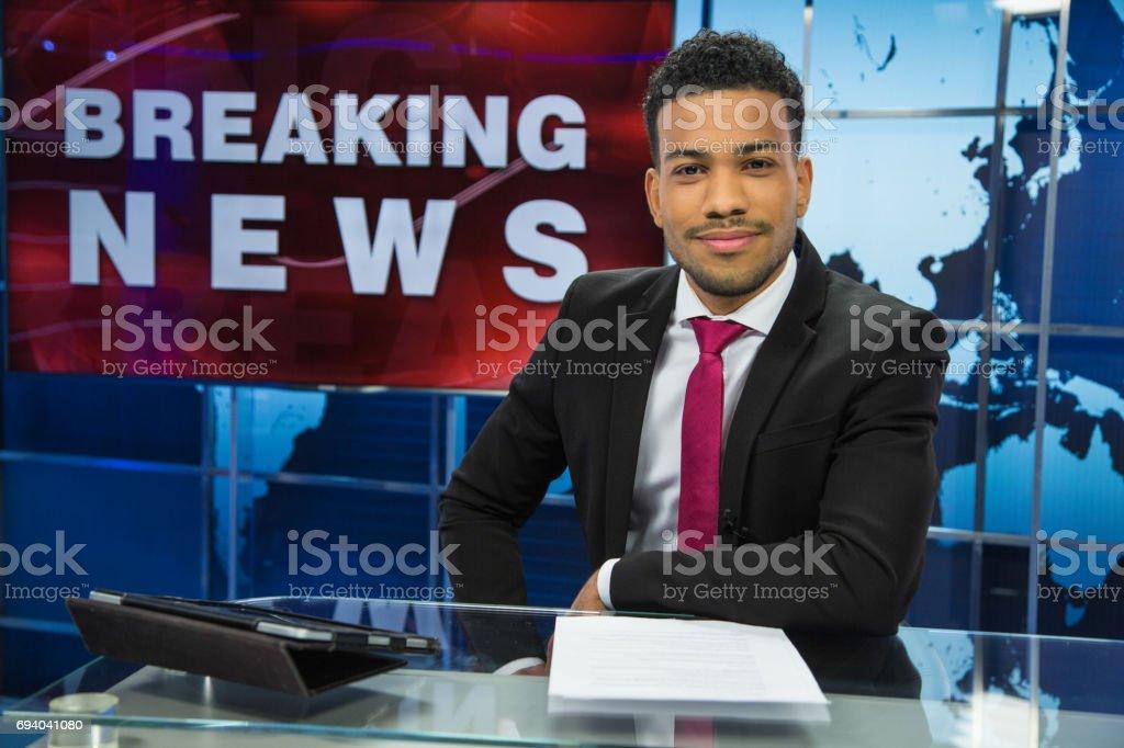 Newsreader kopieren im Fernsehstudio – Foto