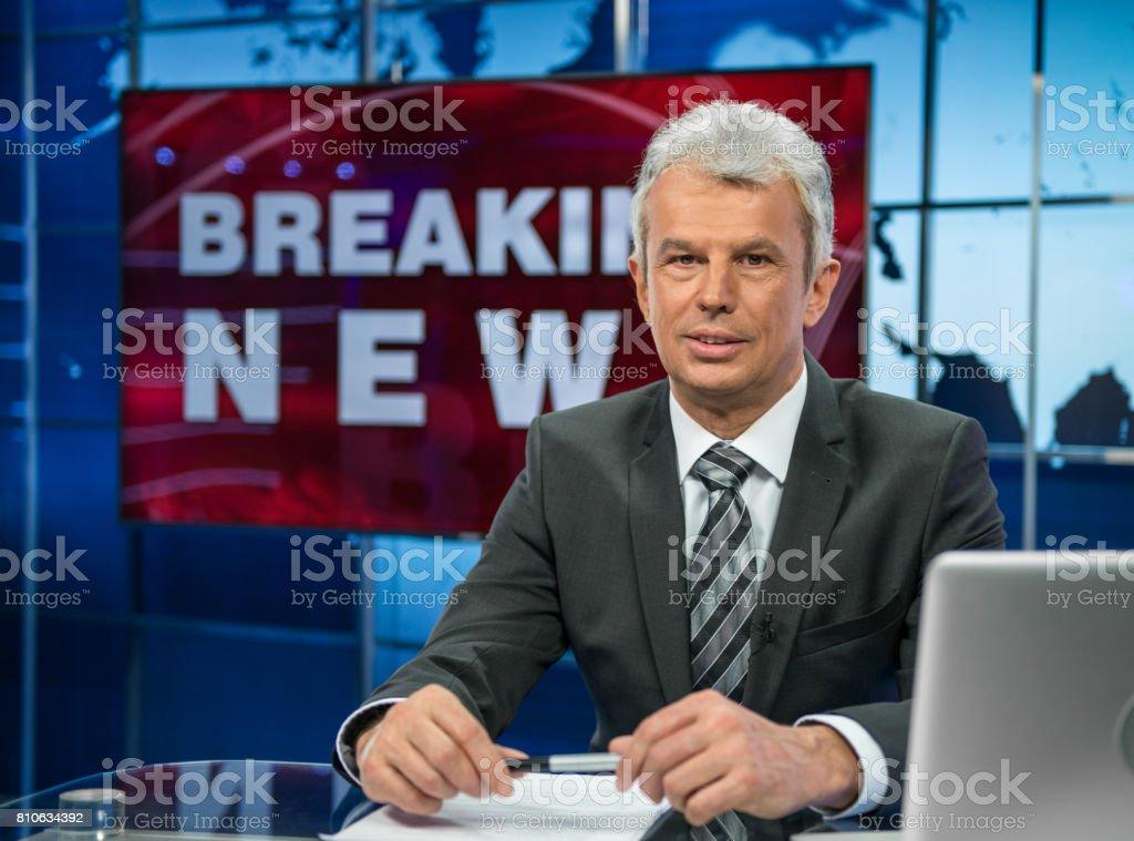 テレビ スタジオでニュース リーダー ストックフォト