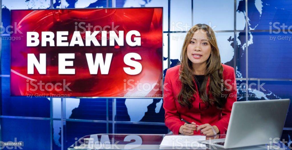 Newsreader 、テレビスタジオ ストックフォト
