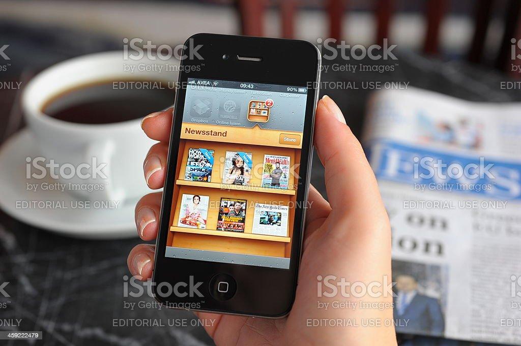 Kiosque sur Apple iPhone 4 - Photo de Adulte libre de droits