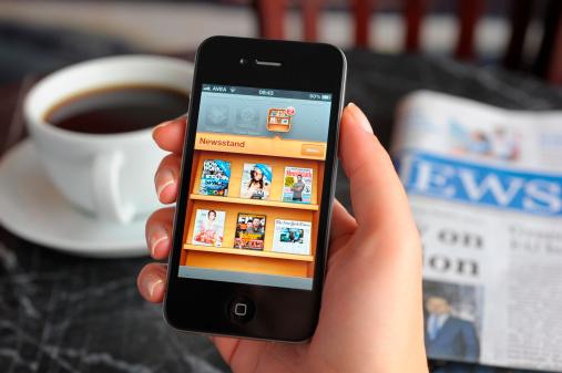 Photo libre de droit de Kiosque Sur Apple Iphone 4 banque d'images et plus d'images libres de droit de Adulte