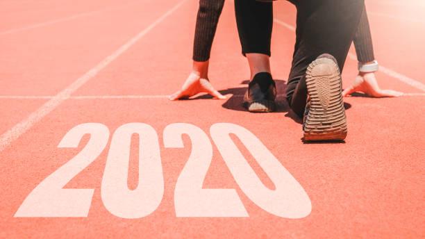 2020 newyear, atlet kvinna börjar på rad för att börja köra med nummer 2020 börja på nytt år. - calendar workout bildbanksfoton och bilder