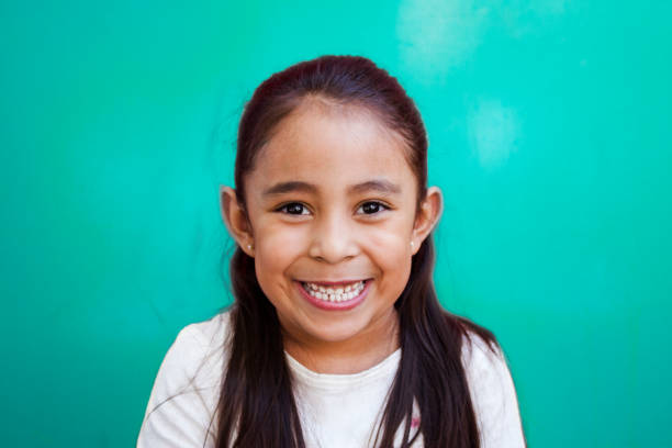 niña con cara sonriente niños con cara pensativo 6 7 years stock pictures, royalty-free photos & images