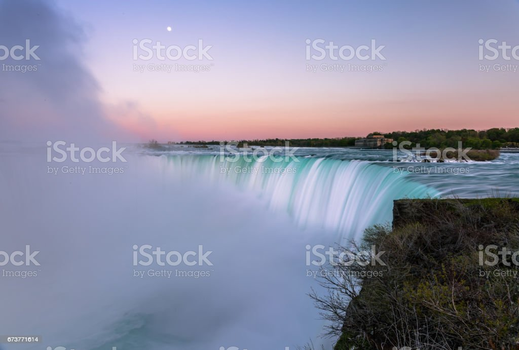 Niagara Waterfalls during sunrise photo libre de droits
