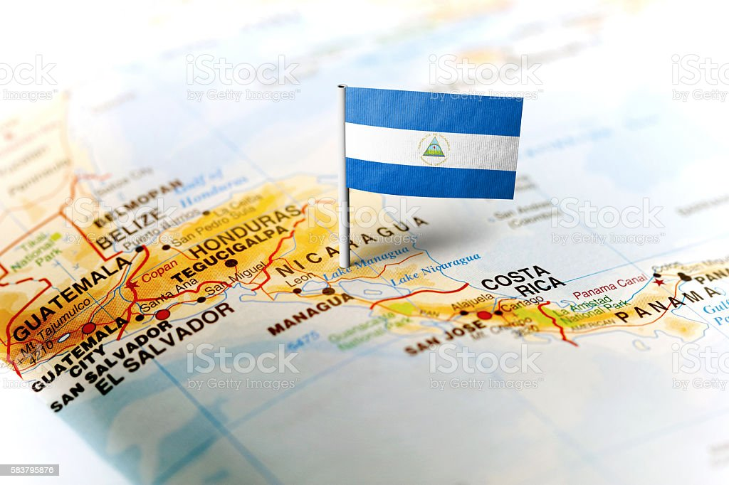 Nicaragua pinned on the map with flag - foto de stock