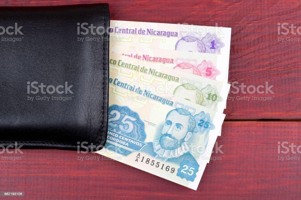 Nicaragua dinero en el monedero negro - foto de stock