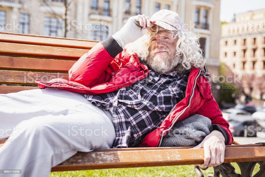 Netter Alter Mann hält seine Mütze - Lizenzfrei Alter Erwachsener Stock-Foto