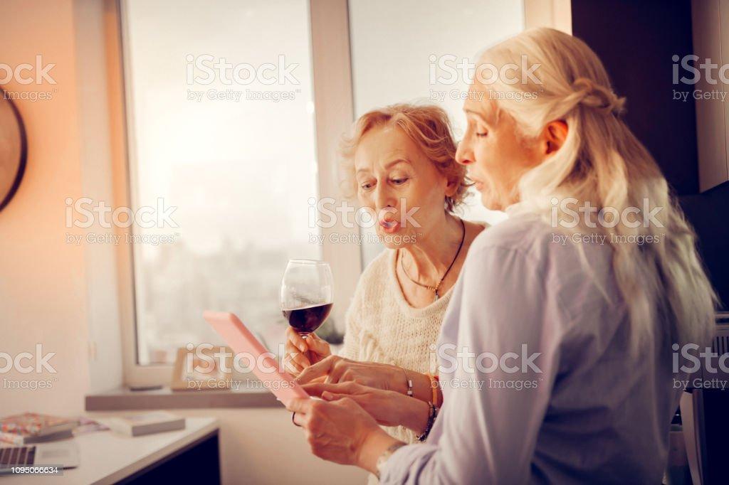 Nizza Im Alter Frauen Zusammen Mit Blick Auf Das Bild Stockfoto