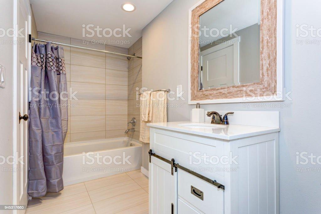 Schönes Badezimmer Interieur Mit Einem Waschbeckenunterschrank ...