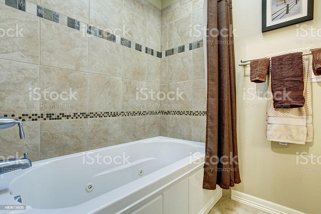 Schönes Badezimmer Mit Gekacheltem Boden Stockfoto und mehr ...