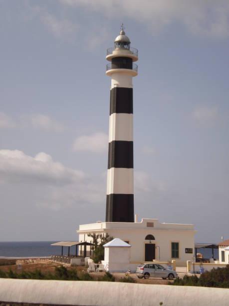 Schöne schwarz und weiß Leuchtturm auf dem Kap von Artux die Insel Menorca. – Foto