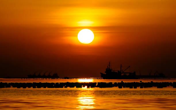schönes boot auf dem meer mit sonnenuntergang himmel silhouette - wasserfledermaus stock-fotos und bilder
