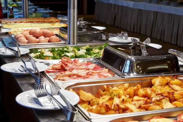 agradable línea de buffet en un hotel - desayuno fotografías e imágenes de stock