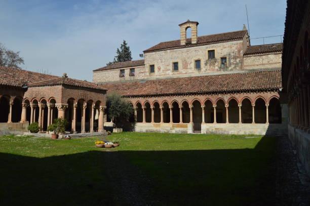 Schöne Kreuzgang im Inneren der Kirche San Zenon In Verona. – Foto