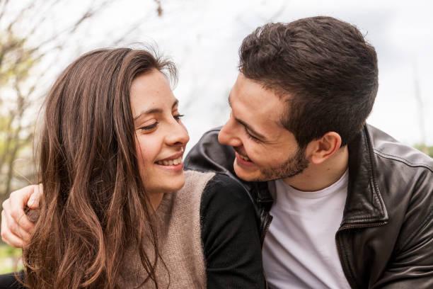 恋人の抱擁とキスの素敵なカップル - ロマンス ストックフォトと画像