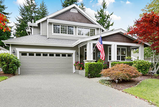Nice curb appeal of grey house with covered porch – Foto