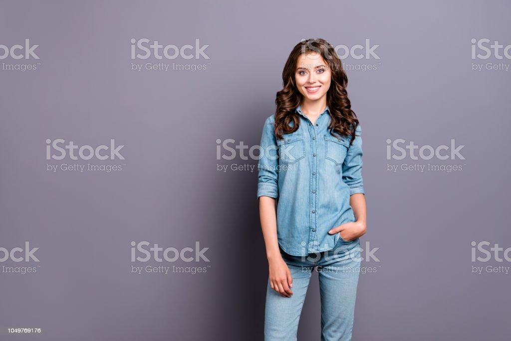 64cf3cf2d1 Linda alegre atractivo adorable chica con pelo ondulado en denim casual  camisa y pantalones vaqueros