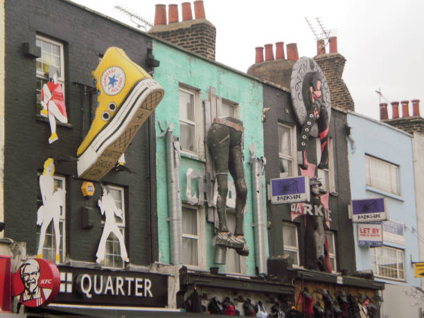 Schöne Fassaden von Geschäften Phänomenal dekoriert mit Pnatalones und riesigen Hausschuhen im Camden District in London. – Foto