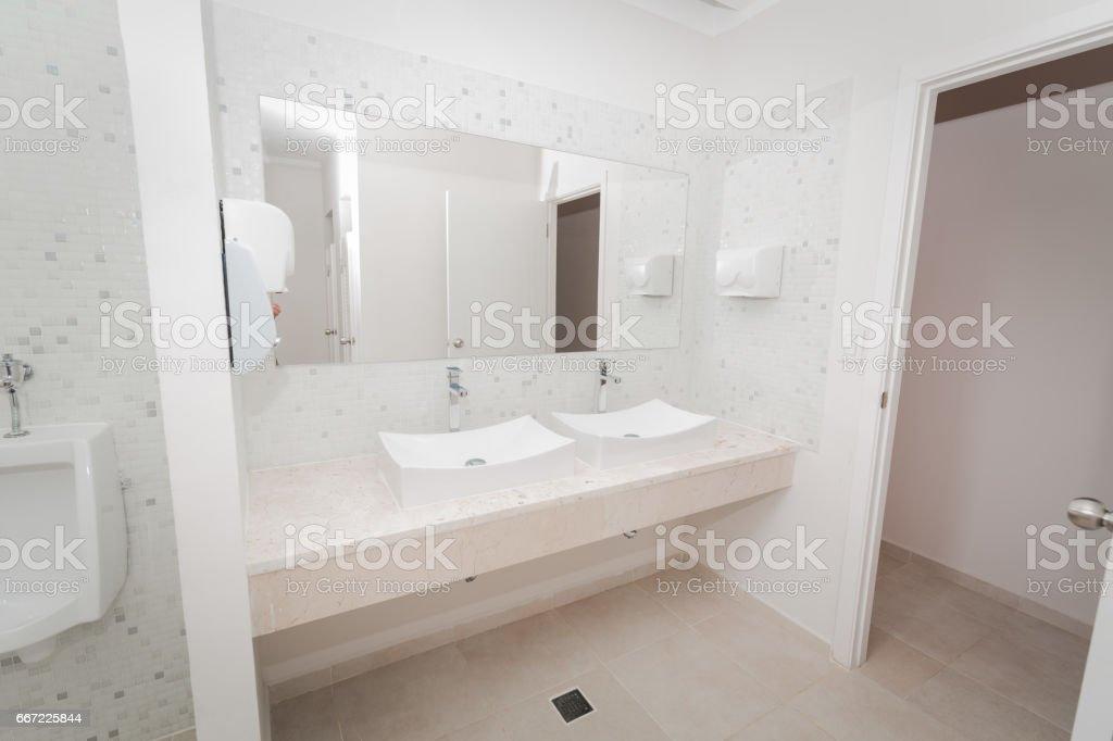 Buen Fragmento De Vista Moderno Cuarto De Baño Con Estilo Foto de stock y  más banco de imágenes de Acogedor