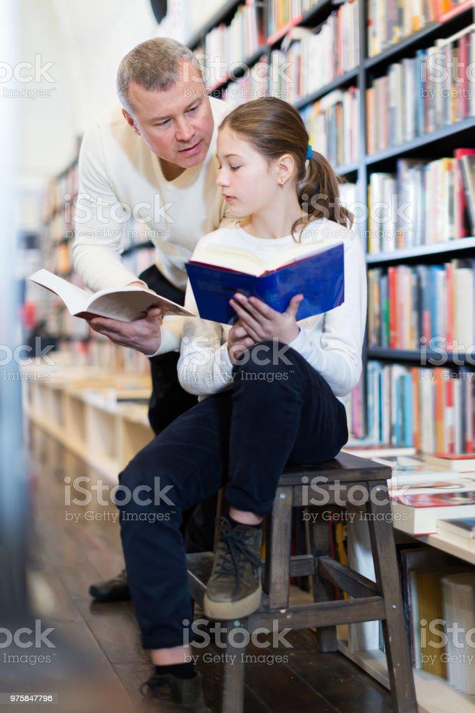 Nettes Mädchen Surfen Lehrbuch mit Vater - Lizenzfrei Akademisches Lernen Stock-Foto