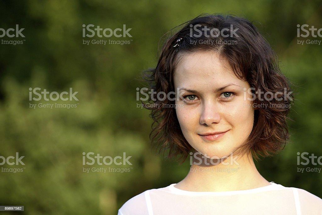 Hermosa chica en el parque foto de stock libre de derechos