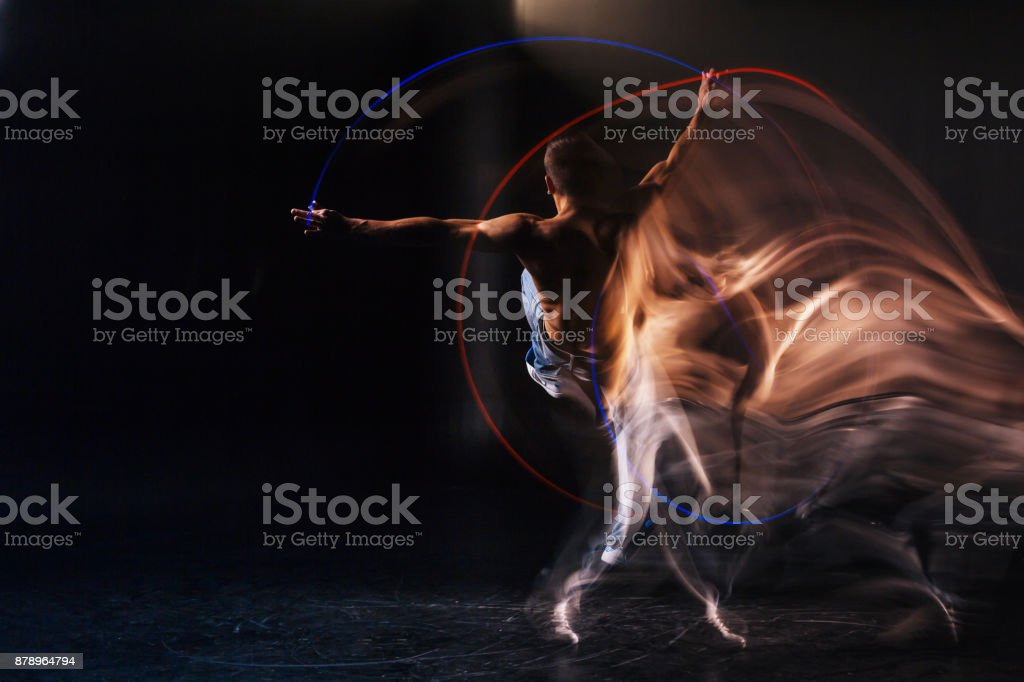 Trevlig stilig man fokuseras på dansen - Royaltyfri Akademikeryrke Bildbanksbilder