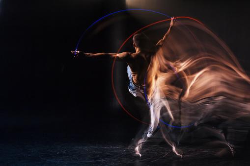 Trevlig Stilig Man Fokuseras På Dansen-foton och fler bilder på Akademikeryrke