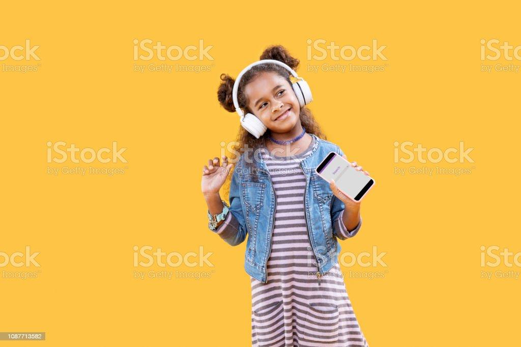 Belle fille heureuse debout dans le casque photo libre de droits