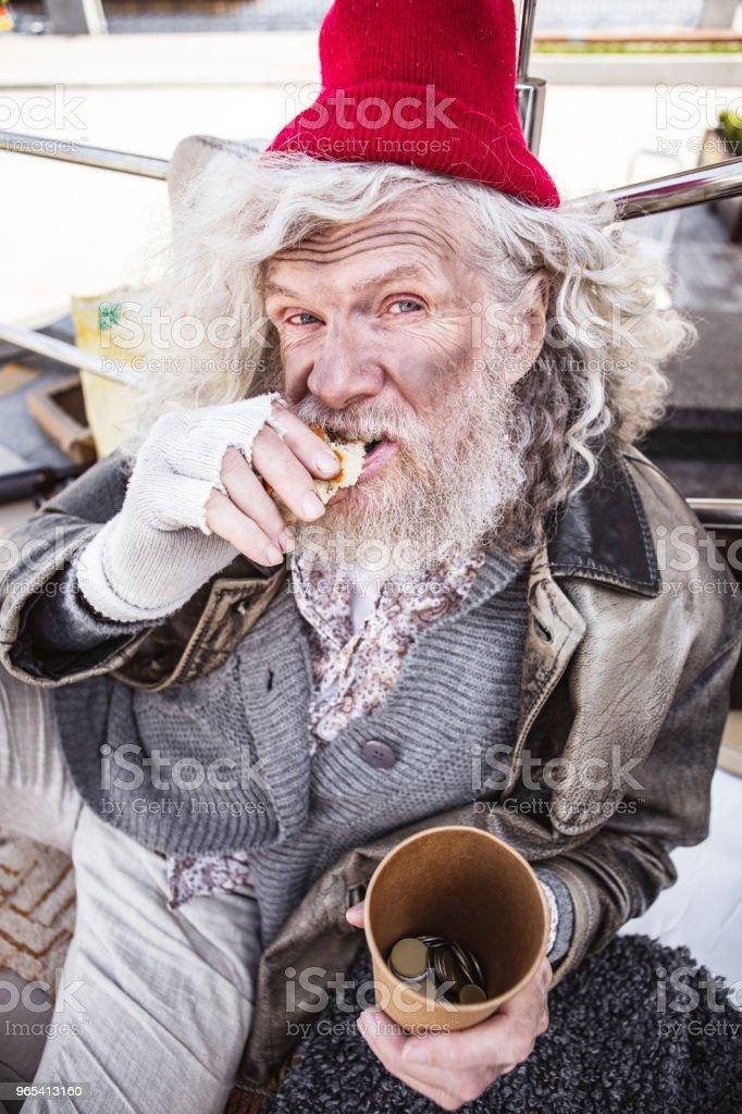 Bom homem sem-teto tendo pão - Foto de stock de Abrigando-se royalty-free