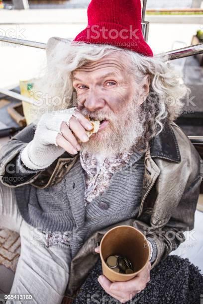 Foto de Bom Homem Semteto Tendo Pão e mais fotos de stock de Abrigando-se