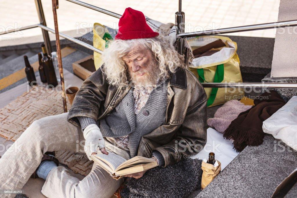 책을 읽고 좋은 노숙자 남자 - 로열티 프리 Charity Benefit 스톡 사진