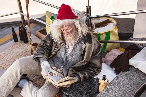 책을 읽고 좋은 노숙자 남자 Charity Benefit에 대한 스톡 사진 및 기타 이미지