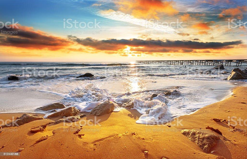 Ładny gorącego słońca nad morzem. – zdjęcie