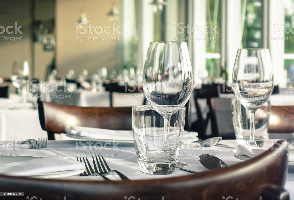 Nizza gedeckten Tisch mit Weingläsern, Servietten und Besteck – Foto