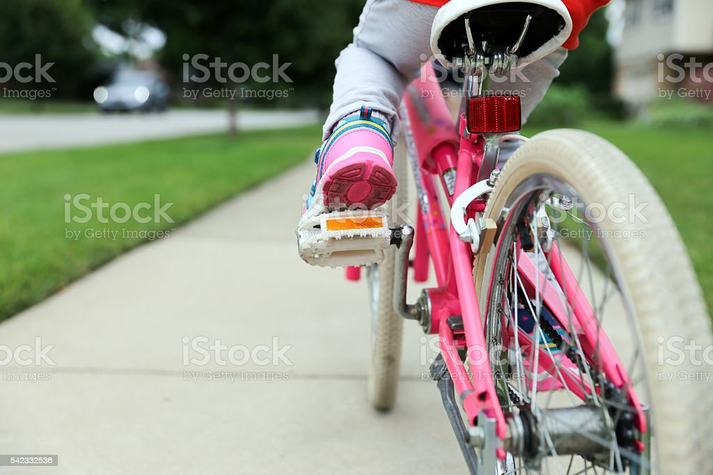 Nice little girl  riding her bike on a road – Foto