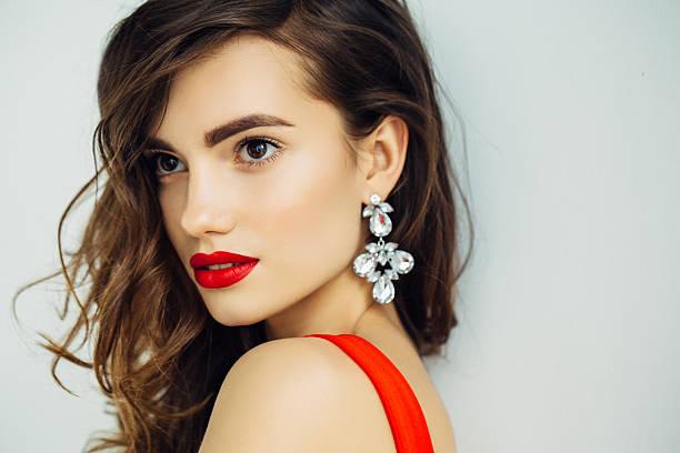 schöne frau mit wunderschönen earings suchen  - ohrringe stock-fotos und bilder