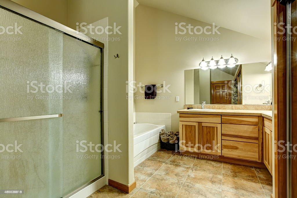 Schönes Badezimmer Mit Einer Großen Dusche Stockfoto und ...
