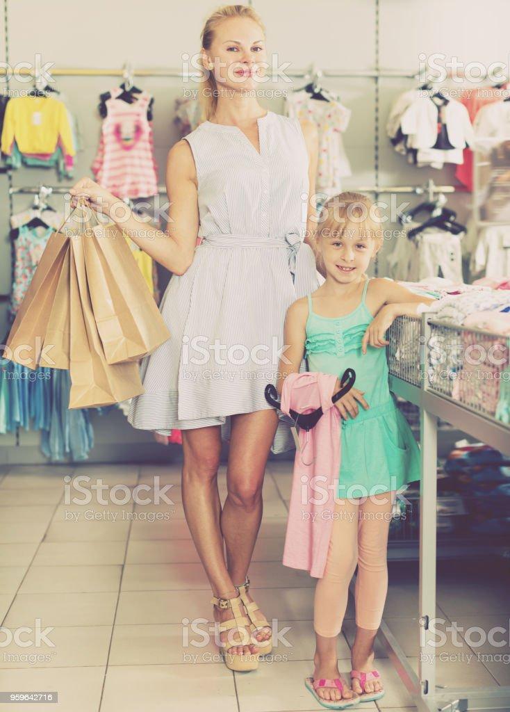 Buena madre con paquetes de celebración hija - Foto de stock de Abrazar libre de derechos