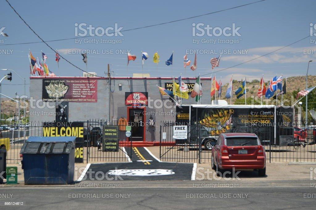 Bonita tienda de motos en Kingman, 22 de junio de 2017. Ruta 66 Kingman. Estados Unidos de Arizona, EEUU. - foto de stock
