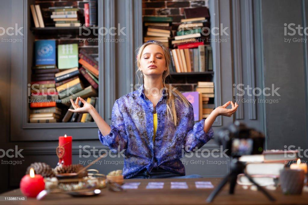Schöne friedliche Frau sitzt mit geschlossenen Augen – Foto