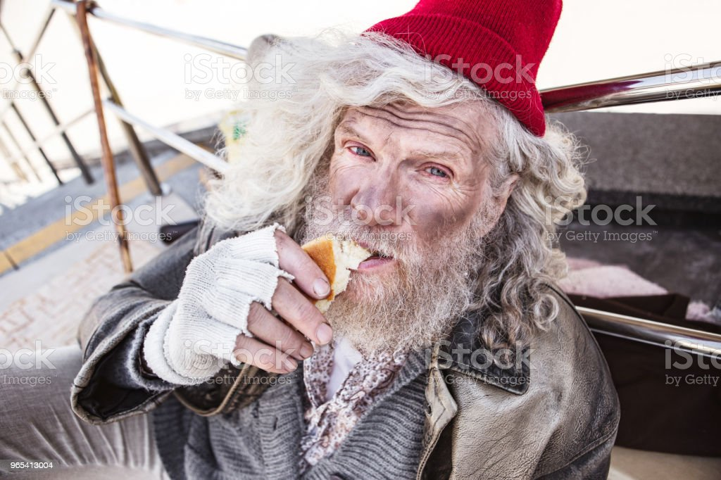 Nice poor man eating food zbiór zdjęć royalty-free