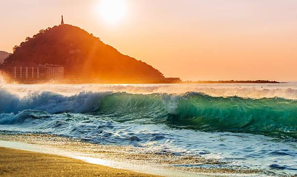 nizza shorebreak bei sonnenuntergang - san sebastian donostia stock-fotos und bilder