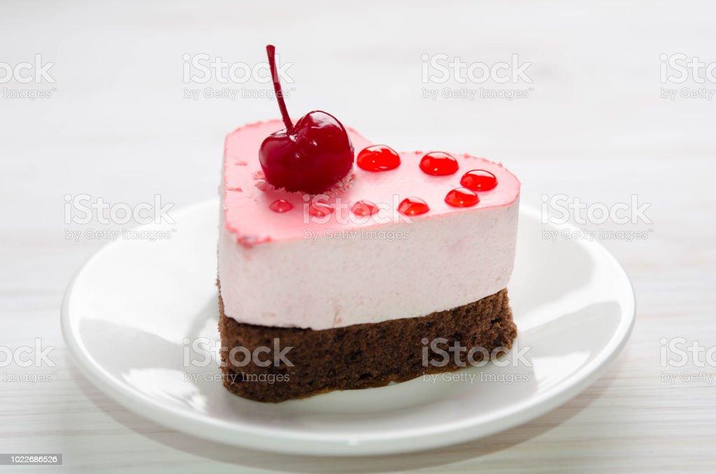 Schöne Kleine Kuchen In Der Form Des Herzens Auf Dem Tisch Stockfoto ...
