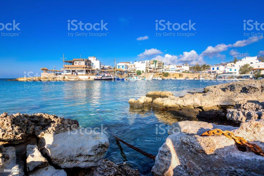 Una vista agradable de la primavera del puerto viejo de la aldea tradicional Sisi, Creta, Grecia - Foto de stock de Agua libre de derechos