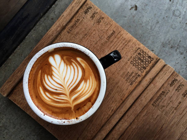 nice texture of latte art on hot latte coffee - organizm żywy zdjęcia i obrazy z banku zdjęć