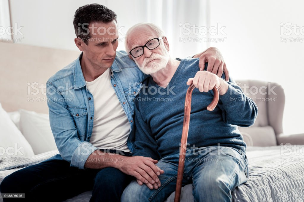 Schöne nachdenkliche Vater und Sohn sitzen zusammen – Foto