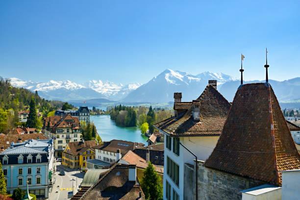 schöne aussicht auf die stadt thun und berner alpen, schweiz - thun switzerland stock-fotos und bilder