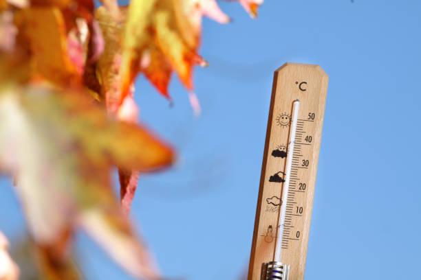 schöne wetter im herbst abbildung mit mercury thermometer - kalte sonne stock-fotos und bilder