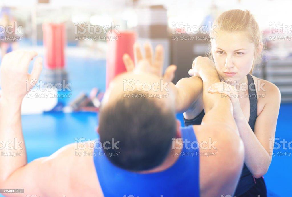Bela mulher está lutando com o treinador foto de stock royalty-free